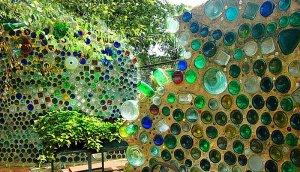 Farebny mur zo sklenenych flias