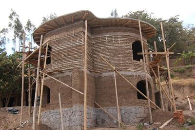 hlineny dom v Ekvadore, styl cob a daub